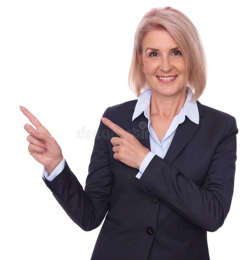 Femme d'affaires supérieure dirigeant des doigts photographie stock libre de droits