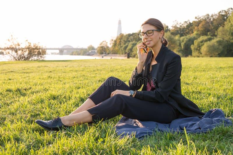 Femme d'affaires sur l'herbe photo stock