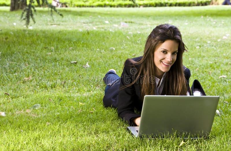 Femme d'affaires sur l'herbe image stock