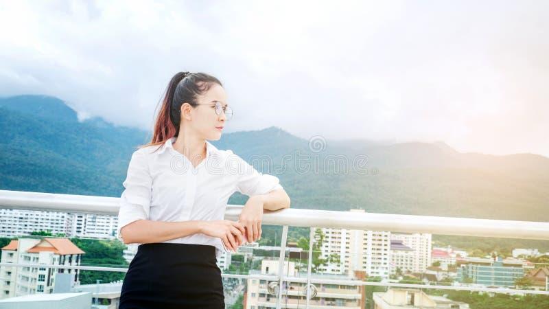 Femme d'affaires sur la scène urbaine regardant la vue et pensant le succès photos stock