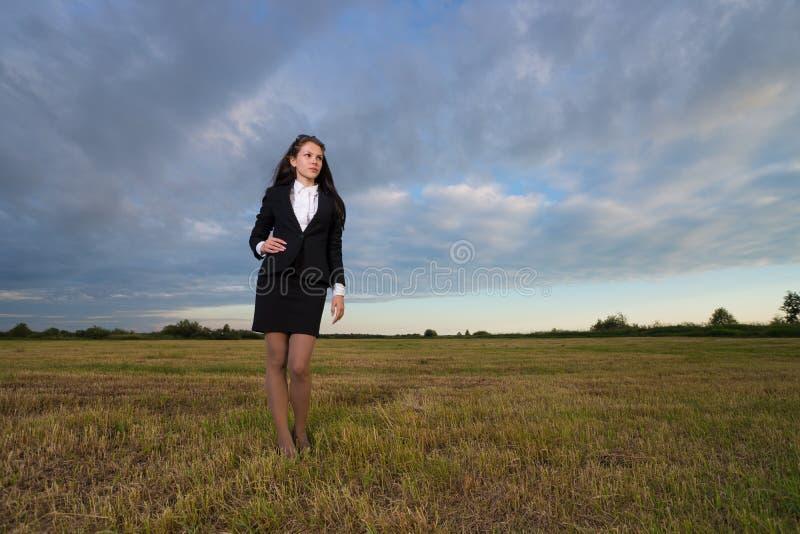 Femme d'affaires sur le champ vert image stock