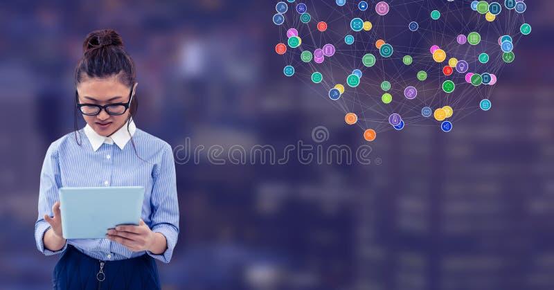 Femme d'affaires sur le comprimé contre la ville de nuit avec des connecteurs photographie stock libre de droits