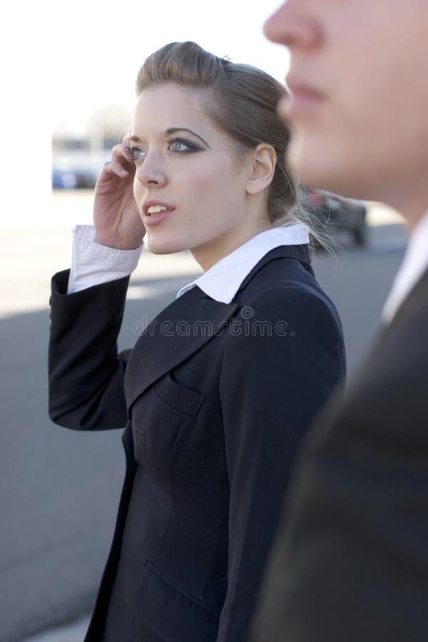 Femme d'affaires sur le portable images stock