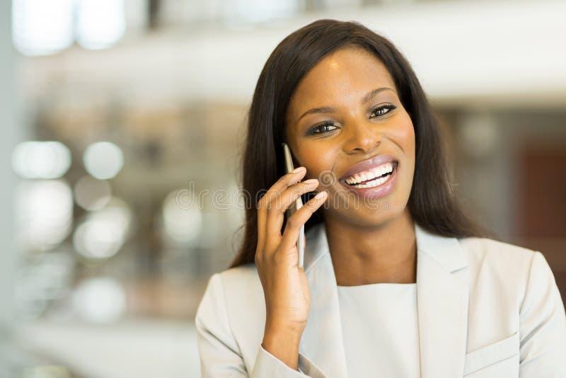 Femme d'affaires sur le téléphone portable photo stock