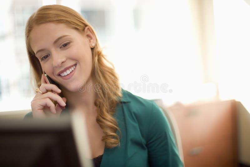 Femme d'affaires sur le téléphone portable photos stock