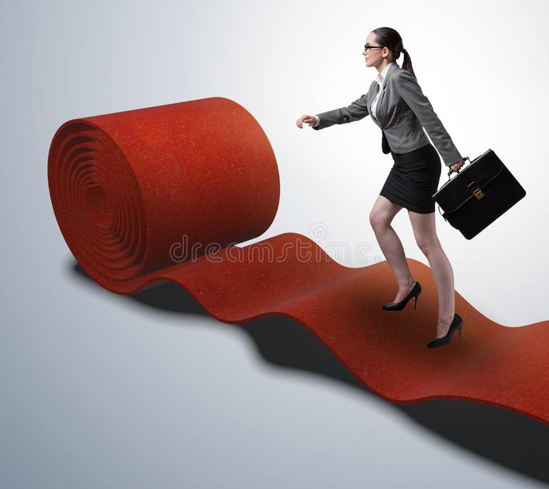 Femme d'affaires sur le tapis rouge dans le concept de succ?s image stock
