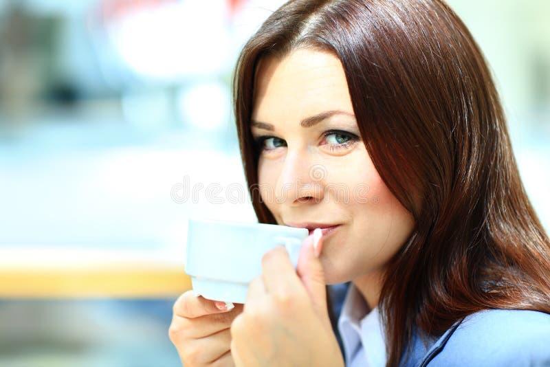 Femme d'affaires sur une pause-café images stock