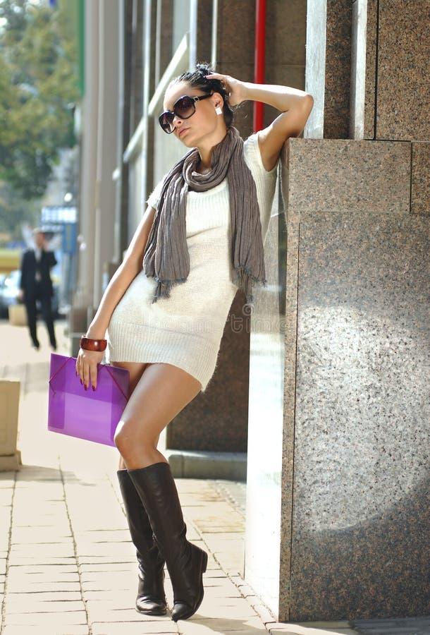 Femme d'affaires sur une rue de ville avec le dépliant photo stock