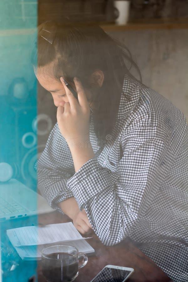 Femme d'affaires surchargée souffrant du mal de tête photographie stock libre de droits