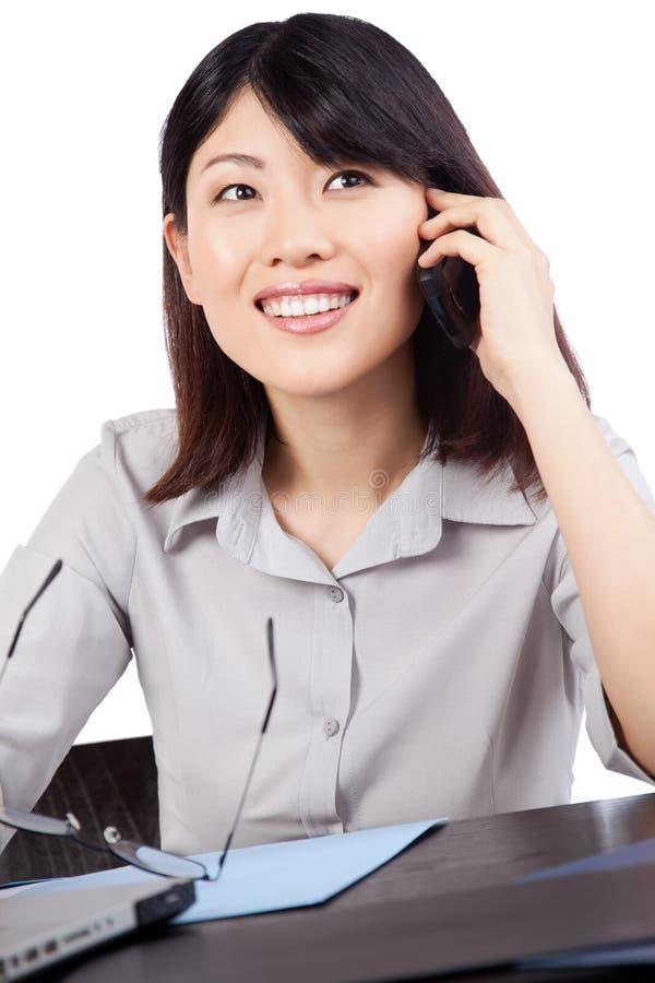 Femme d'affaires Talking au téléphone portable photo stock