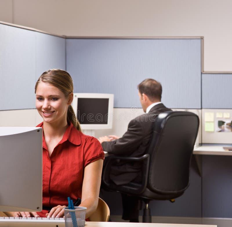 Femme d'affaires tapant sur l'ordinateur au bureau image stock