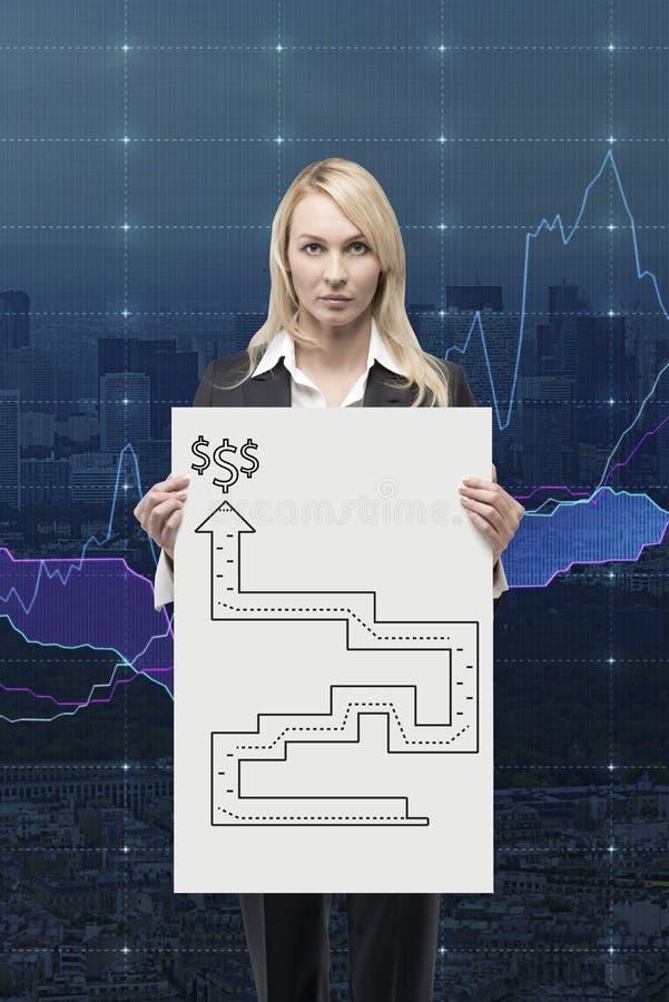Femme d'affaires tenant l'affiche avec le labyrinthe photo stock