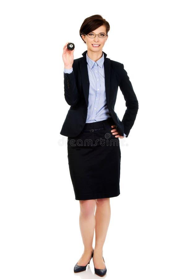 Femme d'affaires tenant la boule de billard huit photo libre de droits