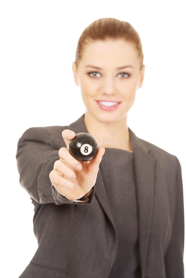Femme d'affaires tenant la boule de billard huit image libre de droits