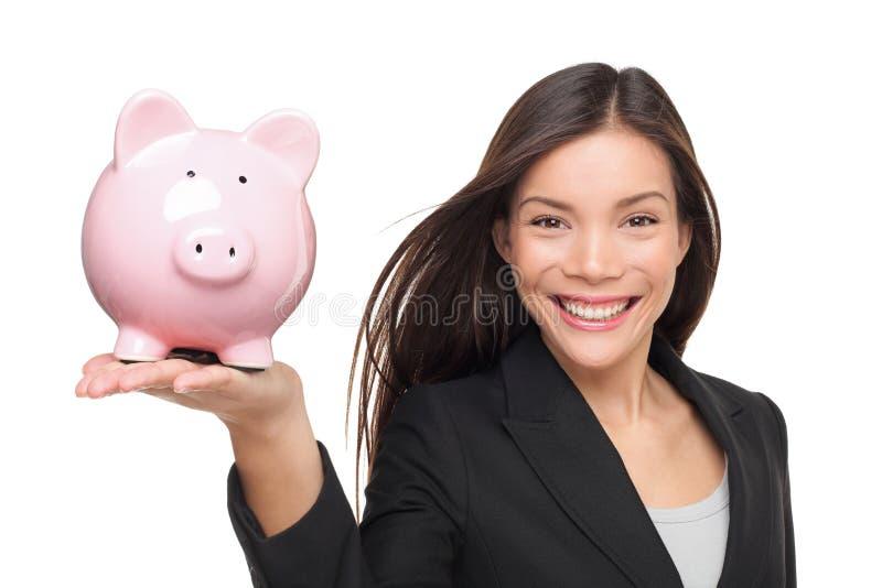 Femme d'affaires tenant la tirelire - concept de l'épargne photo stock