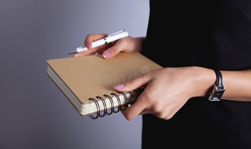femme d'affaires tenant le carnet photos libres de droits