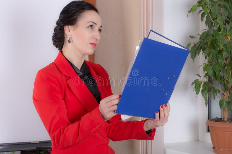 Femme d'affaires tenant le dossier images libres de droits