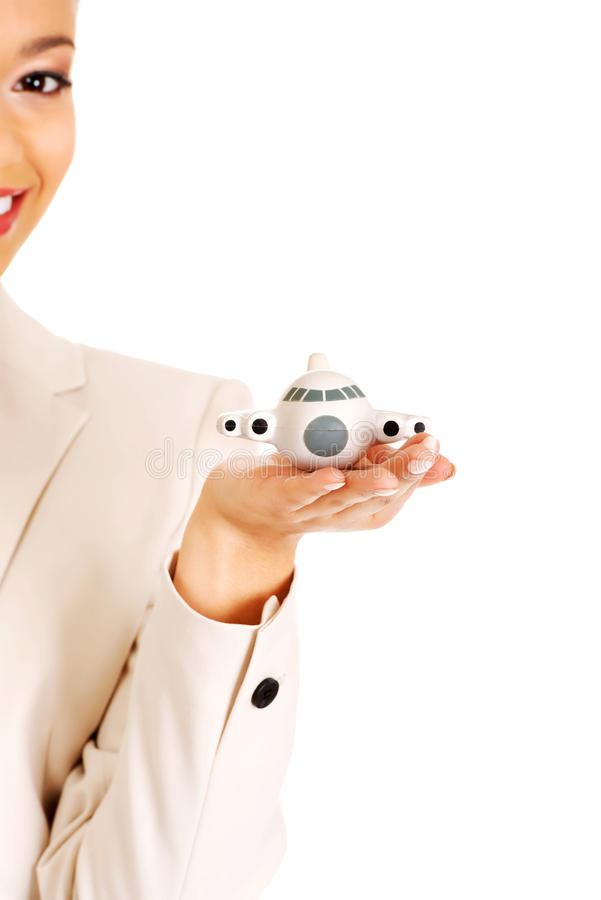 Femme d'affaires tenant le petit avion sur la paume images stock