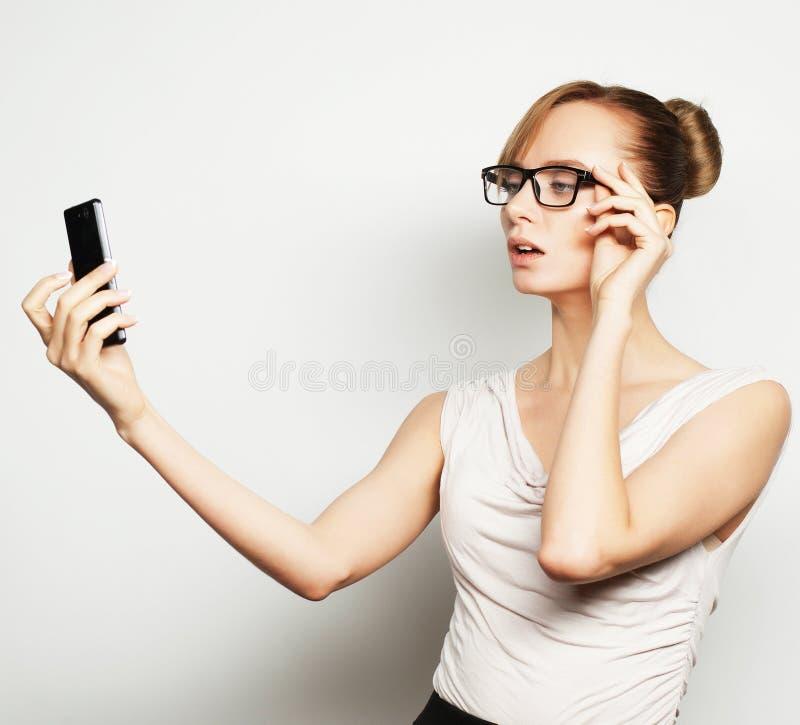 Femme d'affaires tenant le téléphone portable photos stock