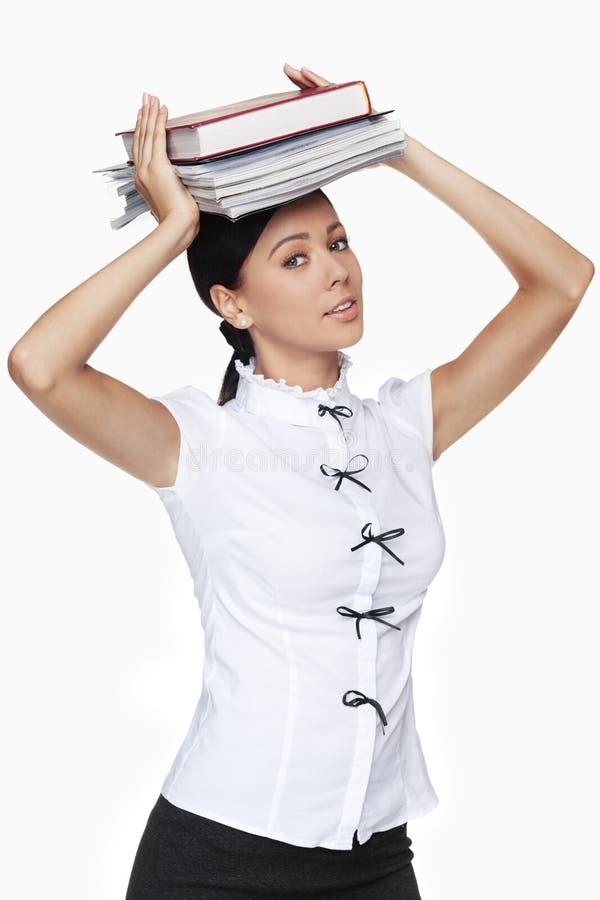 Femme d'affaires tenant le tas des livres images stock