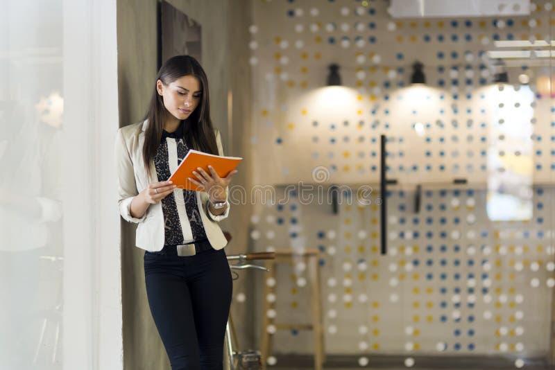 Femme d'affaires tenant un dossier photographie stock libre de droits