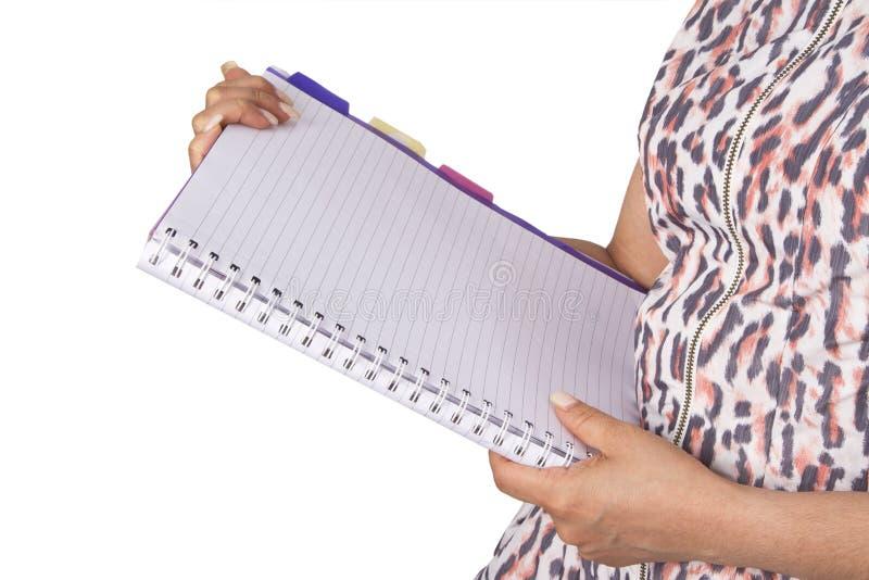 Femme d'affaires tenant un livre obligatoire en spirale vide image libre de droits