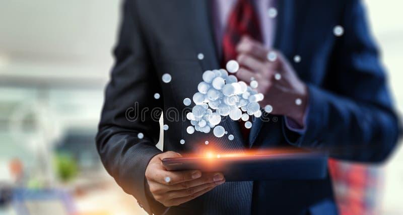 Femme d'affaires tenant un tabalet avec un groupe de sphères faisant de la lévitation en haut Media mélangé image stock