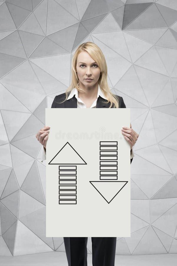 Femme d'affaires tenant une affiche image stock