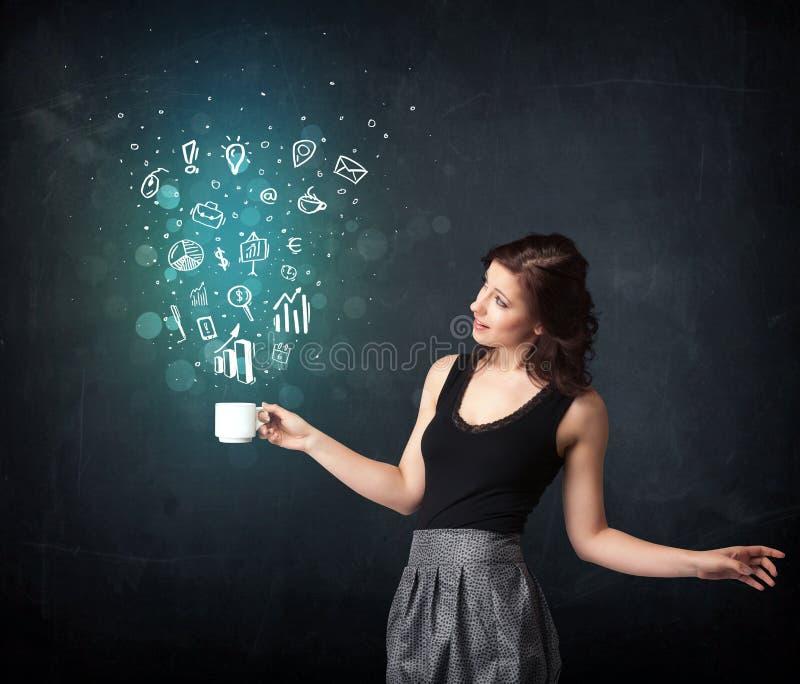Femme d'affaires tenant une tasse blanche avec des icônes d'affaires images stock