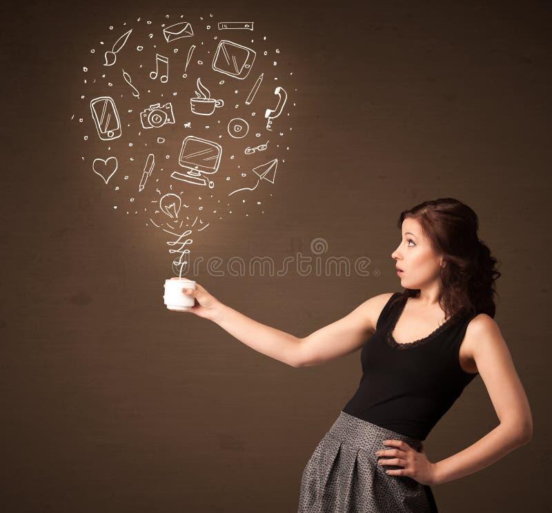 Femme d'affaires tenant une tasse blanche avec les icônes sociales de media image libre de droits