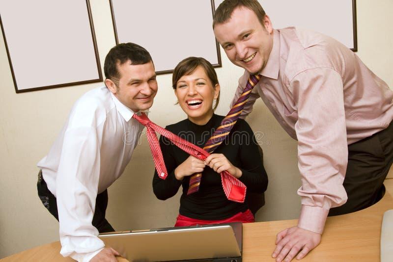 Femme d'affaires tirant des relations étroites photos stock