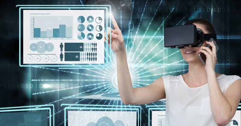 Femme d'affaires touchant et agissant l'un sur l'autre avec des panneaux d'interface de technologie image libre de droits