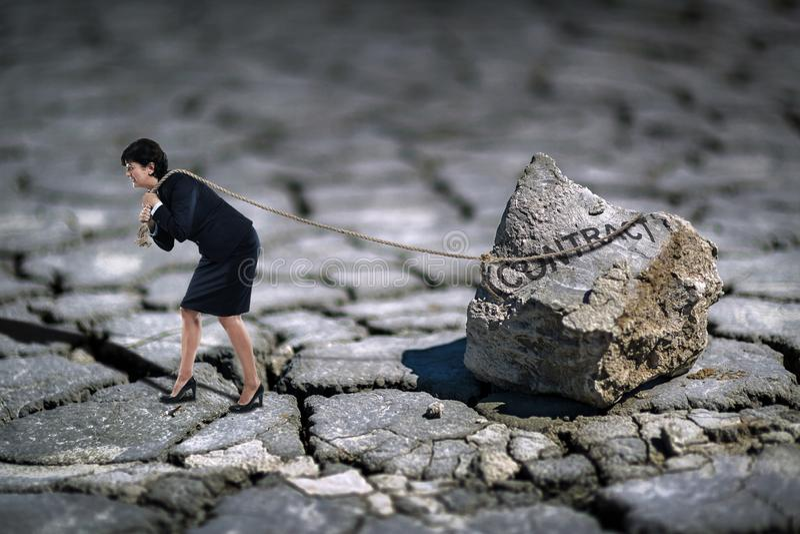 Femme d'affaires traînant un contrat catastrophique photos libres de droits