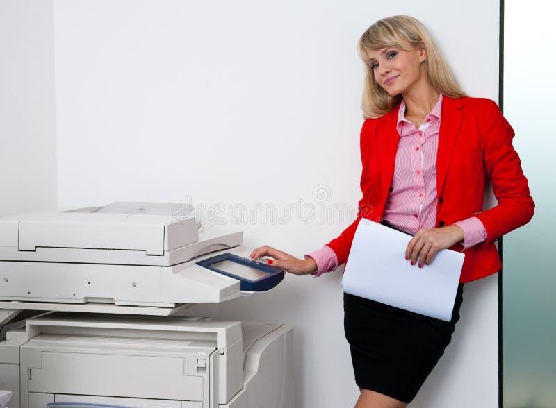Download Femme D'affaires Travaillant à L'imprimante De Bureau Image stock - Image du beauté, expression: 45367617
