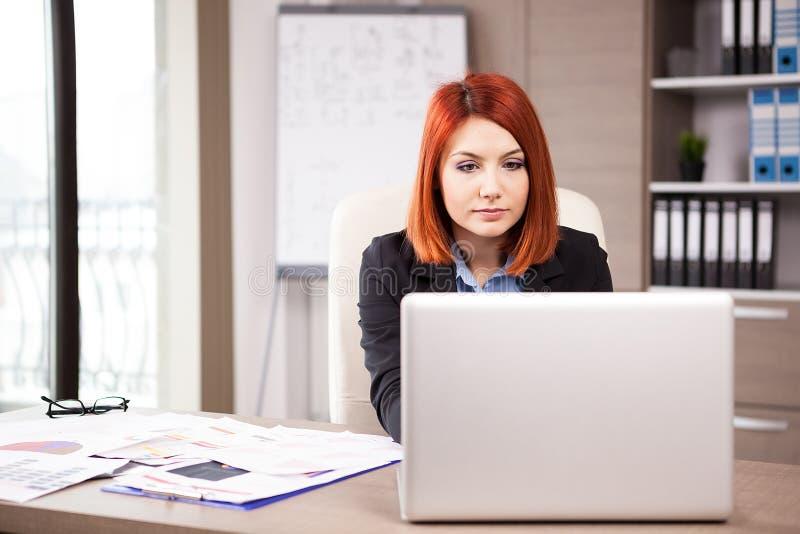 Femme d'affaires travaillant à l'ordinateur portable images libres de droits
