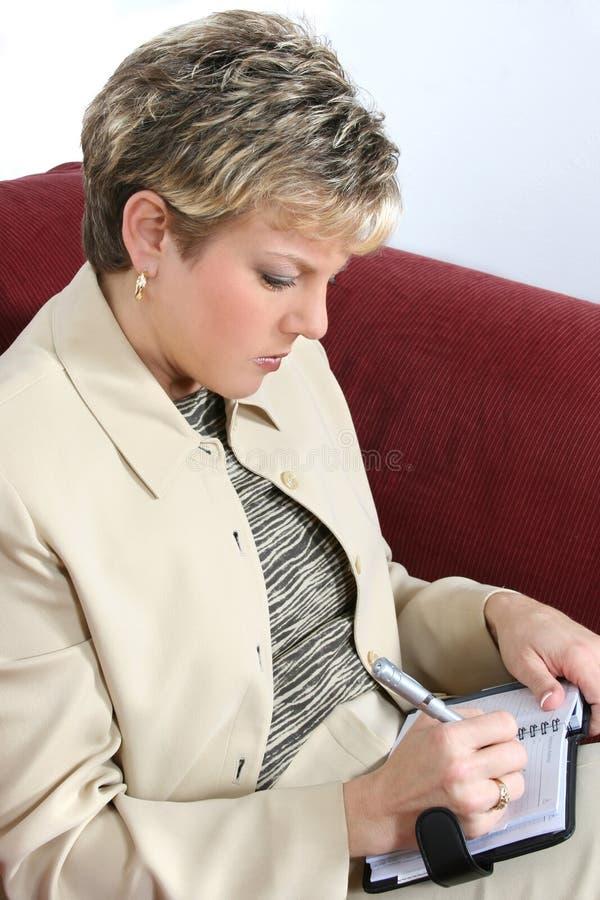 Femme D Affaires Travaillant à La Maison Sur Le Divan Images stock