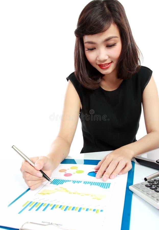 Femme d'affaires travaillant à son bureau image libre de droits