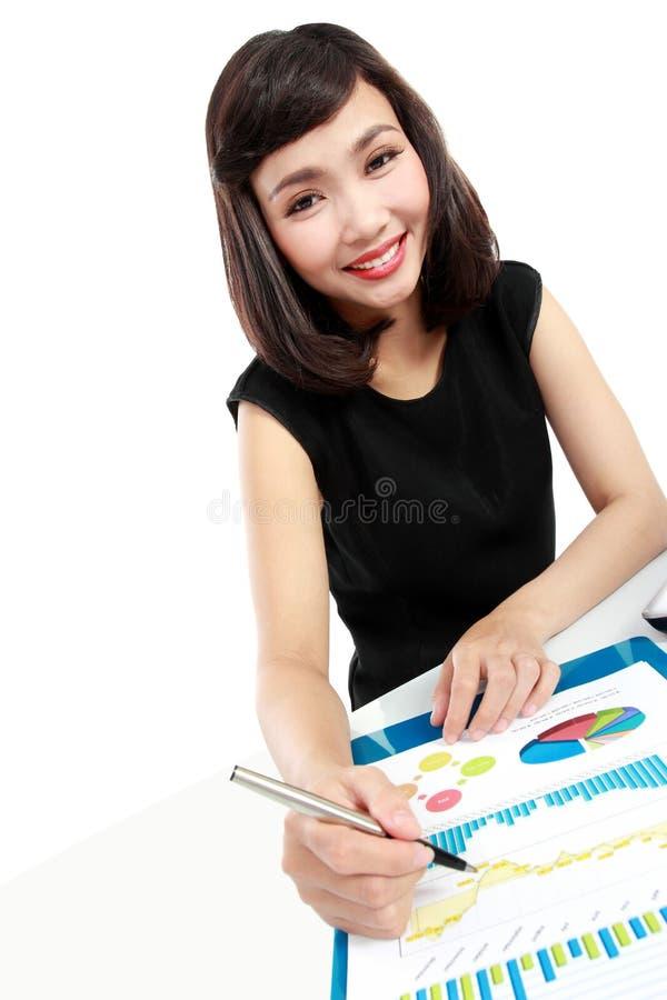 Femme d'affaires travaillant à son bureau images stock