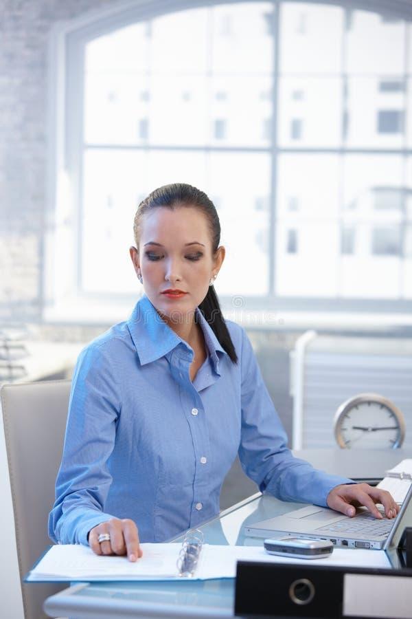 Femme d'affaires travaillant au bureau images libres de droits