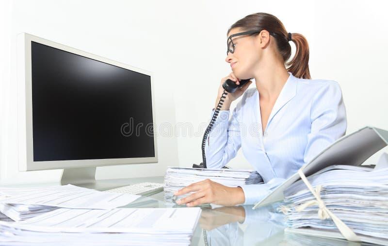 Femme d'affaires travaillant au bureau avec l'ordinateur et le document photo stock