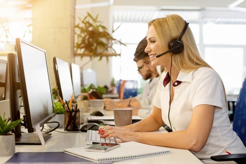 Femme d'affaires travaillant au bureau de centre d'appels photos stock