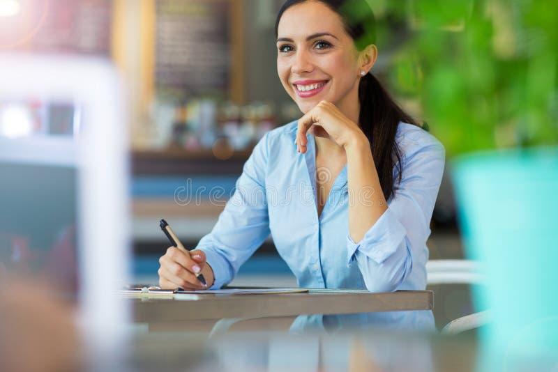 Femme d'affaires travaillant au café photographie stock