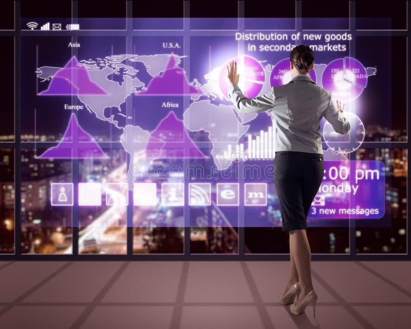 Femme d'affaires travaillant avec des technologies virtuelles photos stock