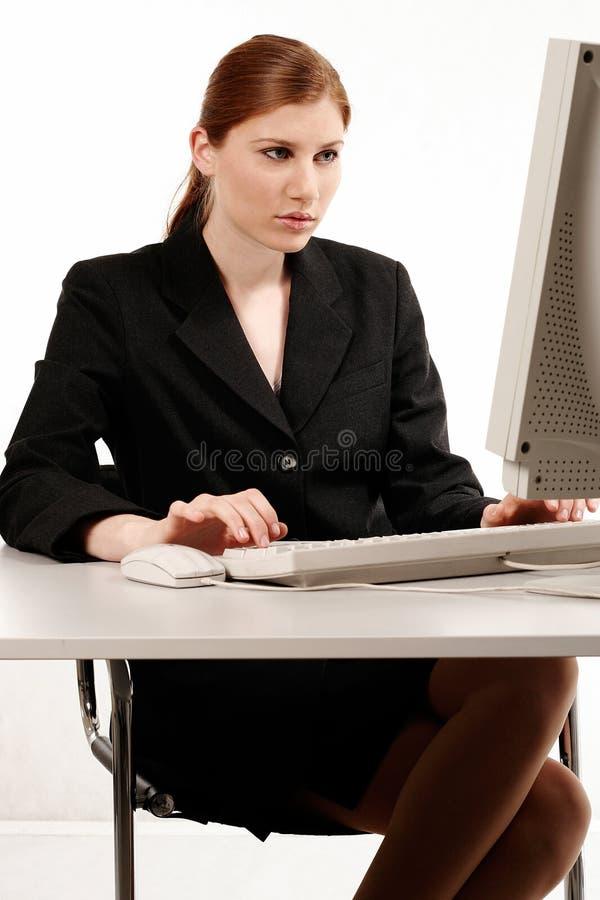 Femme d'affaires travaillant avec l'ordinateur photos libres de droits