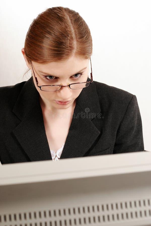 Femme d'affaires travaillant avec l'ordinateur photo stock