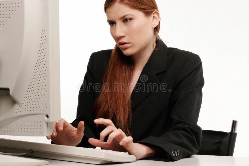 Femme d'affaires travaillant avec l'ordinateur photo libre de droits