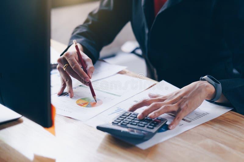 Femme d'affaires travaillant avec la nouvelle discussion de d?marrage de projet et le rapport financier de donn?es d'analyse Util photos stock