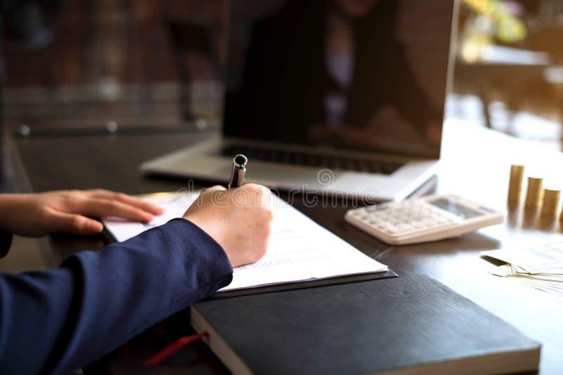 Femme d'affaires travaillant avec le document de rapport des revenus de résultats sur la table en bois Concept d'affaires image libre de droits