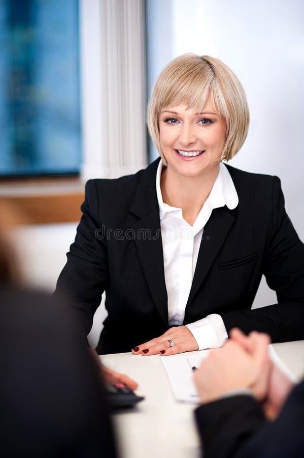 Femme d'affaires travaillant avec ses collègues image stock
