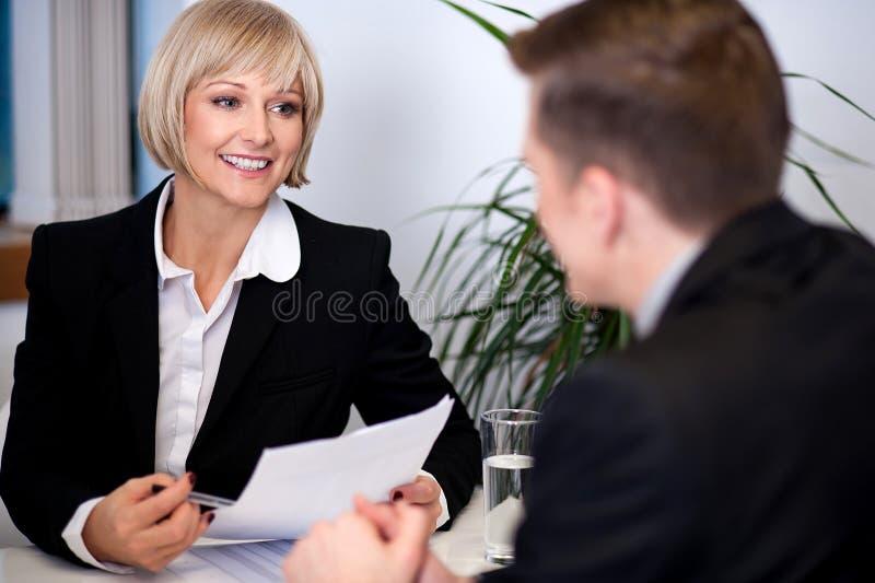 Femme d'affaires travaillant avec ses collègues photographie stock